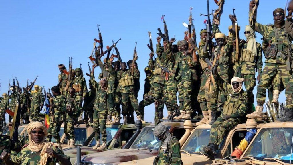 Alors que les obsèques du président tchadien Idriss Déby Itno décédé brutalement ce mardi se déroulent à N'Djamena, sa disparition plonge plusieurs pays africains dans une période d'incertitude. Le maréchal président était devenu en effet, un pion essentiel sur l'échiquier sécuritaire panafricain. L'intervention des forces armées tchadiennes sous Idriss Déby a été décisive sur plusieurs fronts, notamment au Sahel et au lac Tchad.