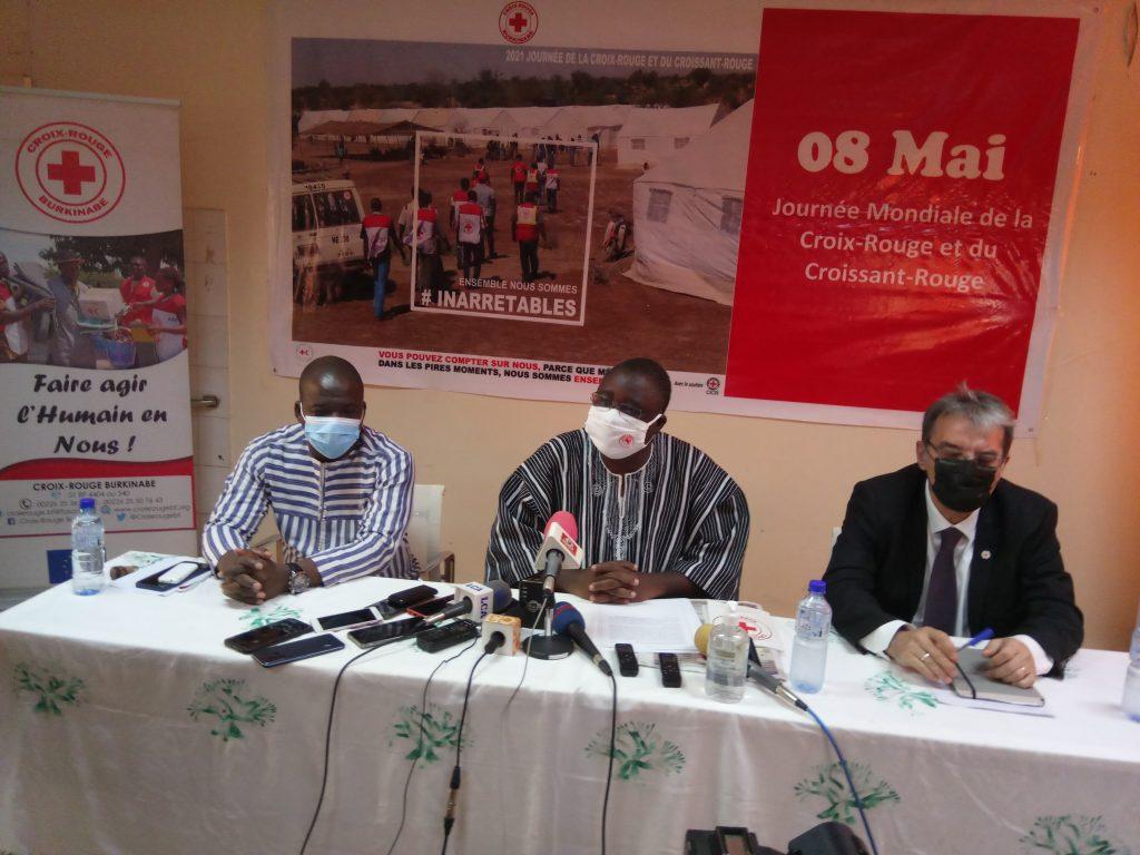 Au centre, Lazare Zoungrana, SG de la Coirx-Rouge burkinabé