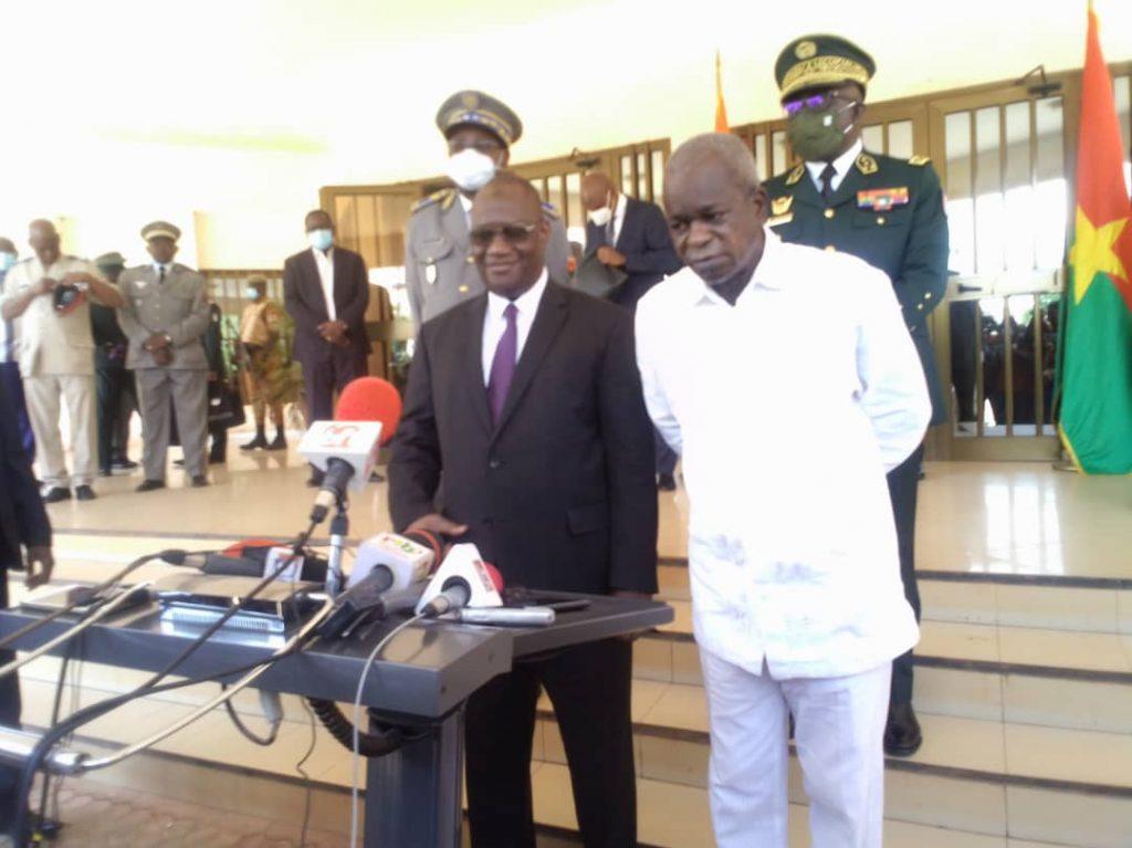 Depuis quelques mois la zone frontalière du Burkina et de la Côte d'Ivoire fait l'objet d'attaques terroristes. C'est pour mieux coordonner leurs actions afin de rayer ces forces de mal qui écument dans la zone, le ministre ivoirien en charge de la Défense Brahima Téné Ouattara a eu ce lundi 10 mai 2021 à Ouagadougou, un tête- à -tête avec son homologue burkinabè Chérif Sy.
