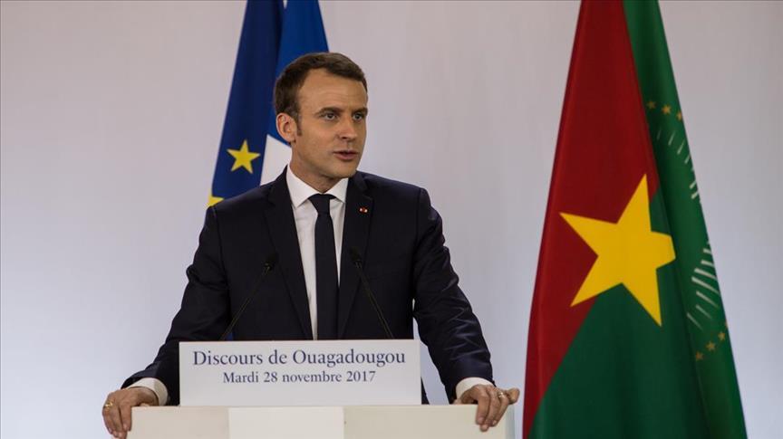 Le chef de l'État ivoirien décide, pour « cas de force majeure », de se représenter en vue d'un troisième mandat. C'est une grande désillusion pour Emmanuel Macron, qui espérait que son homologue ivoirien achève son mandat en beauté en incarnant l'exemple démocratique selon l'auteur de « Arrogant comme un Français en Afrique ». Antoine Glaser montre dans son dernier livre que ce ne sera pas « la seule déconvenue africaine du président français, confronté aux chausse-trappes d'un continent émancipé et redevenu géostratégique ».